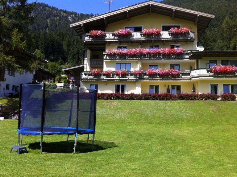 Ferienwohnungen Haus Lechner - Gartenansicht mit Trampolin